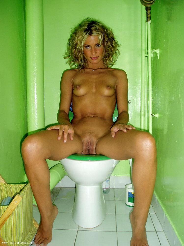 девки качки голые в туалете - 11