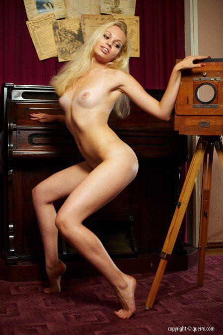 Фотосет Querro. Kristina - Retro shooting - фото голой блондинки