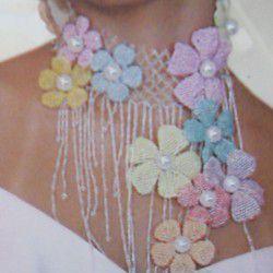 Колье украшенное цветами из бисера.  Основой является бисерная сетка.