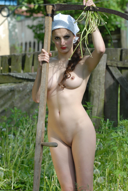 Фото голых девок в деревне 19 фотография