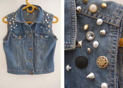 Джинсовая жилетка своими руками.  Что понадобится: джинсовая куртка, иголка и нитка, заклепки, шипы, пуговки...