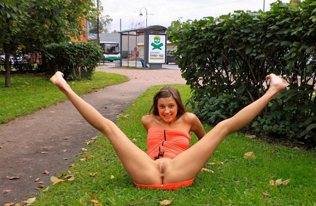 девушки публично раздвигают ноги фото