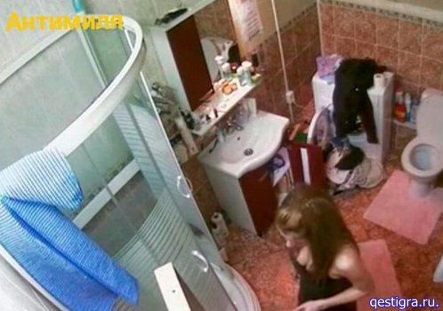Зрелые пожилые, девушка дома утром в ванной комнате