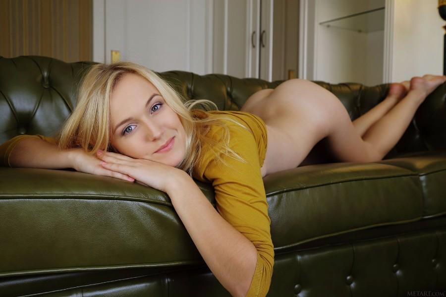 На кожаном диване