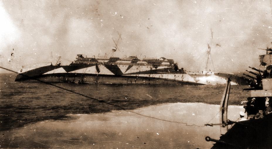 Снимок плавбазы «Медуэй», сделанный после торпедирования. Корабль, получивший несколько торпед в правый борт, ложится им на воду. Вероятно, снимок сделан с эсминца «Хиро» (https://plus.google.com/+JohnCurrinnz16613) - У восьми нянек дитя без глаза   Военно-исторический портал Warspot.ru