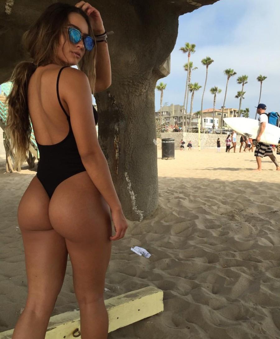 Сочная на пляже