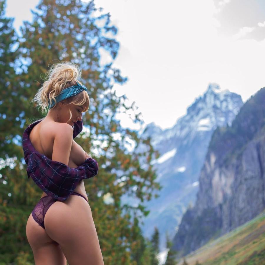 На фоне красивых гор