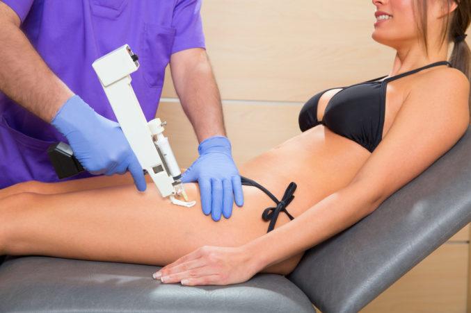 Пациенту делают мезотерапию
