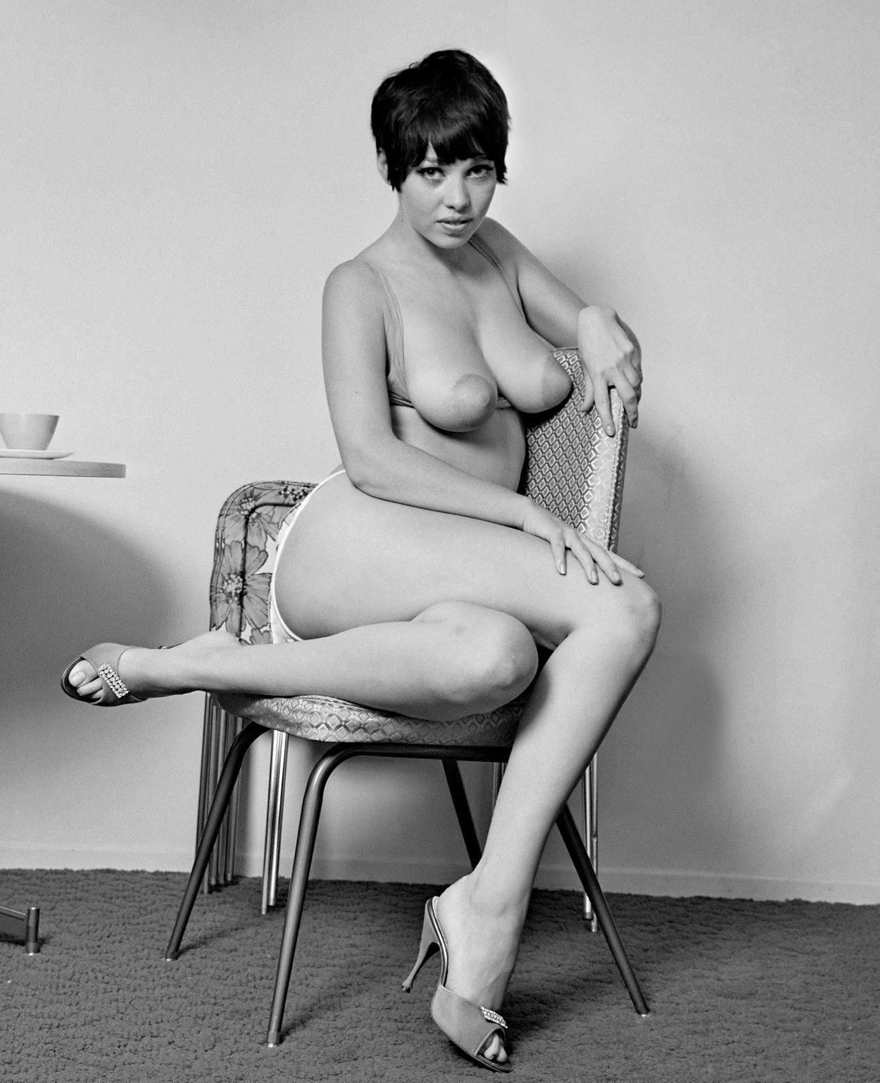Огромная грудь фото ретро