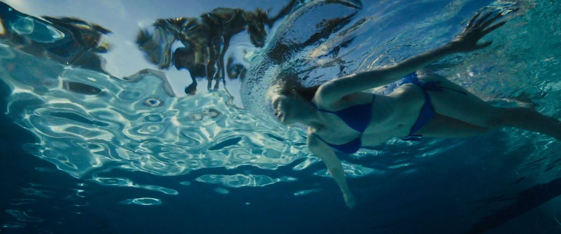 0919192123566_07_Elle-Fanning-hot-sexy-and-wet-in-bikini-Galveston-2018-HD-1080p-005.jpg