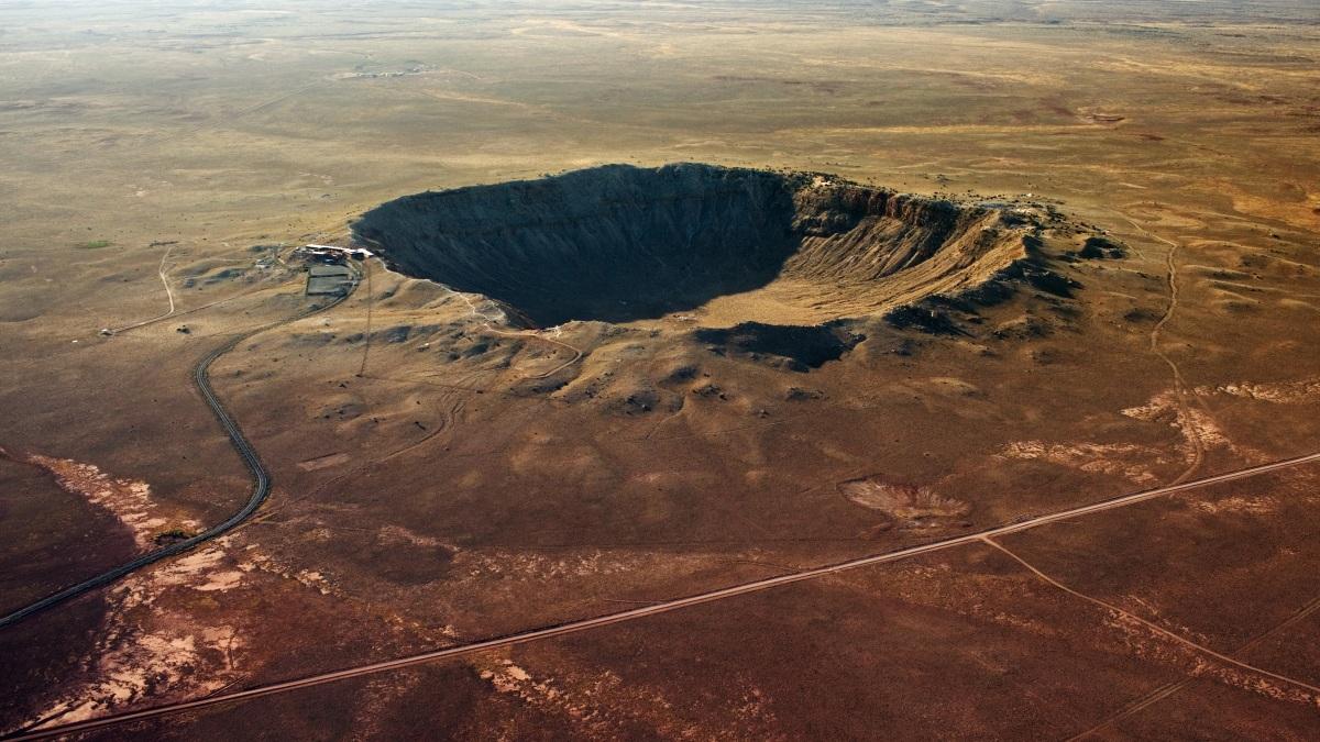 V blízkosti přísně tajné vojenské základny USA zpozorovali záhadný kráter
