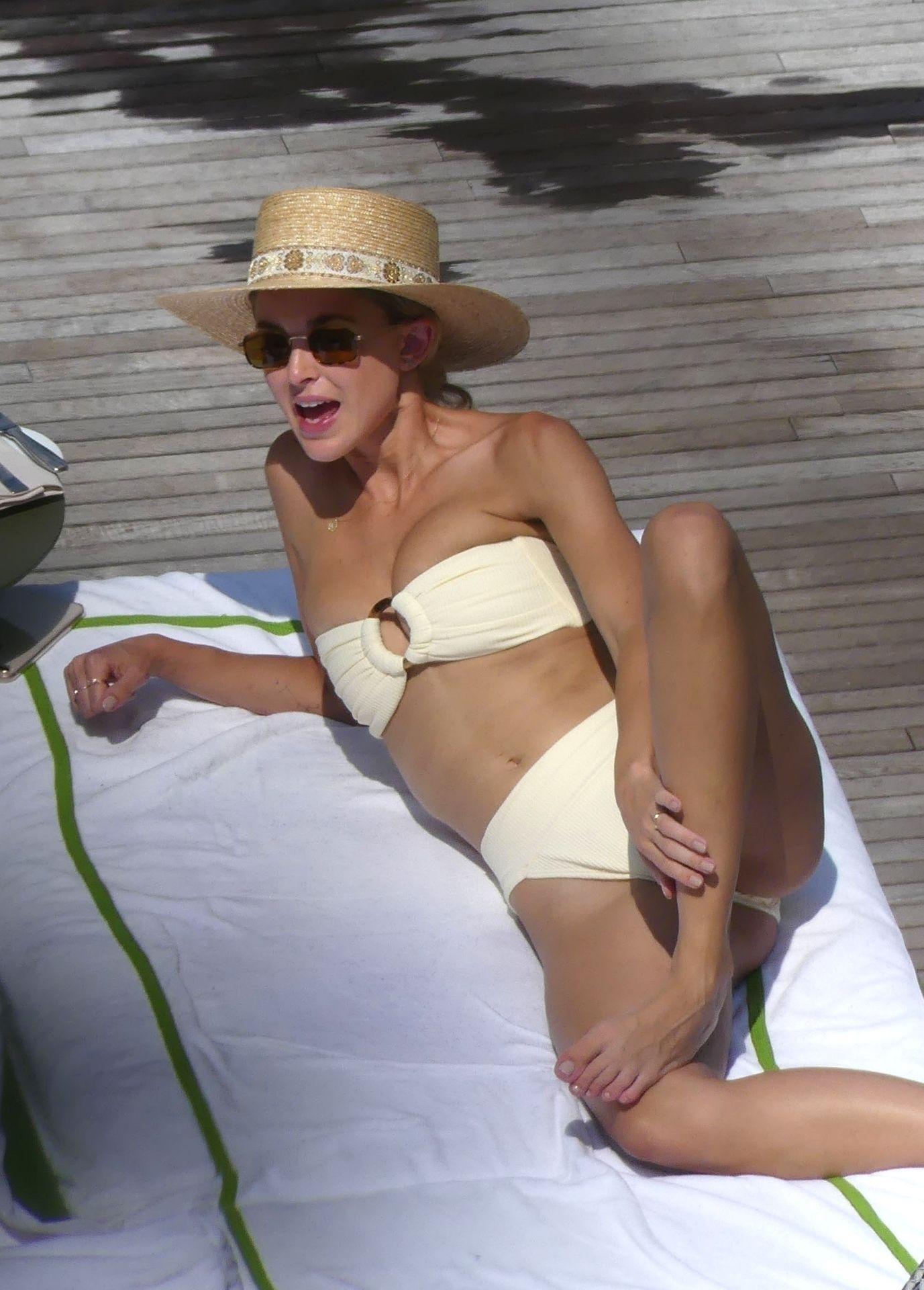 0713004446900_54_Miley-Cyrus-Topless-Kaitlynn-Carter-Hot-TheFappeningBlog.com-54.jpg