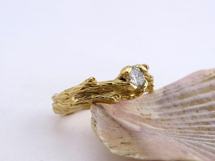 Необычное кольцо с бриллиантом