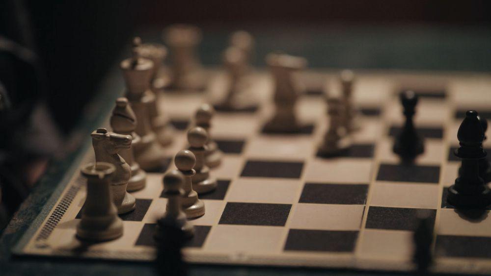 Бет впервые видит шахматы