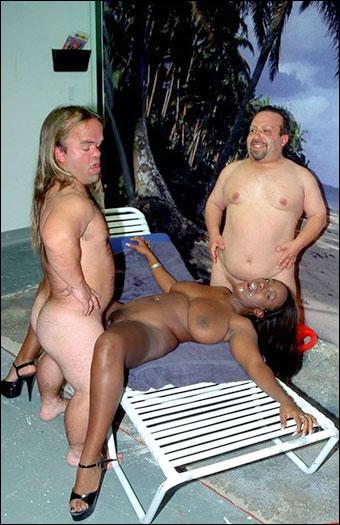Sierra Lewis - Карлики трахают сисястую негритянку / Two Midgets Double Team Ebony Ho Sierra / Midget Mania 1 (2000) DVDRip