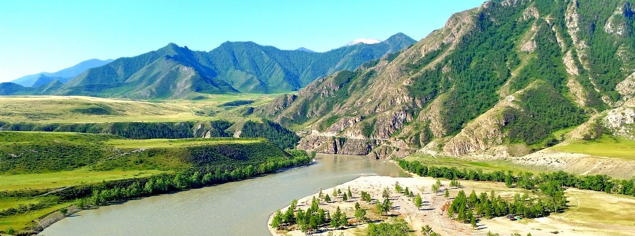 У подножья гор открывается прекрасный вид на долину