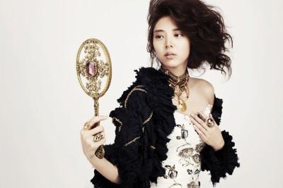 Корейская девушка с ручным зеркалом. (Son DamBi)